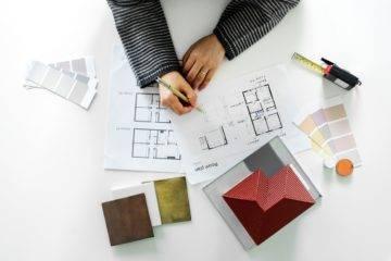 Binnenhuis architect werkt aan woning ontwerp.