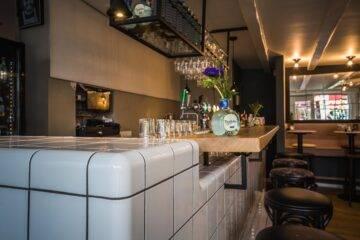 zij aanzicht van een moderne bar in restaurant soffree