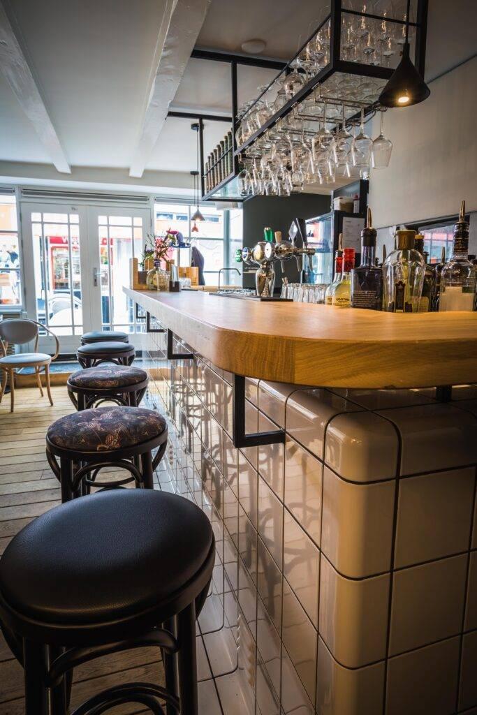 aanzicht van een moderne bar in restaurant soffree